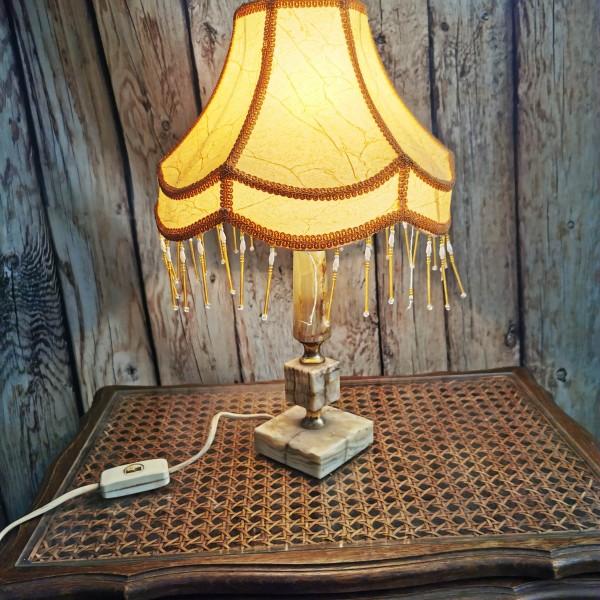 Настолна лампа с основа от оникс