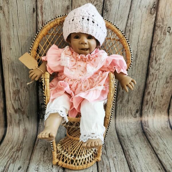 Порцеланова кукла с ратаново столче