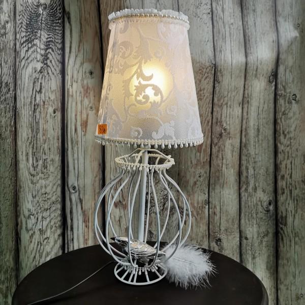 Настолна лампа с дантелена шапка и птиче