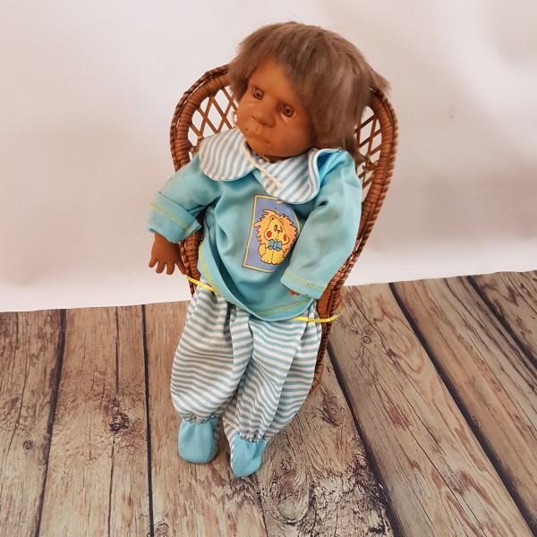 Испанска кукла, седяща върху ратаново столче