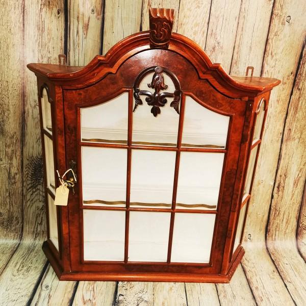 Стенна витринка с орнамент