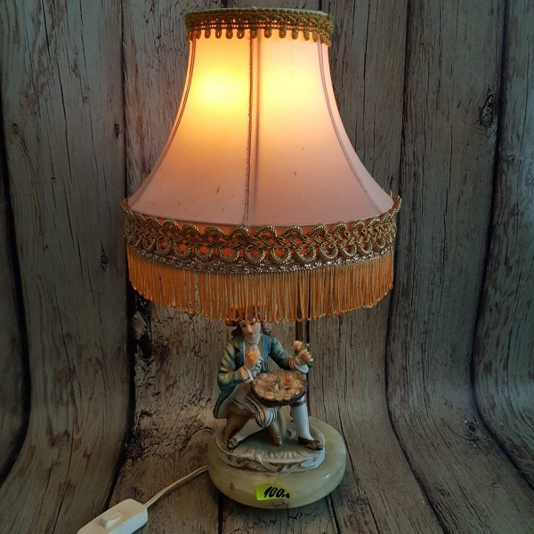 Старинна настолна лампа с малка пластика.