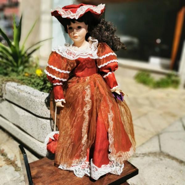 Порцеланова кукла с разкошна червена рокля