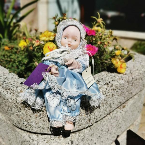 Малка порцеланова кукла - бебе