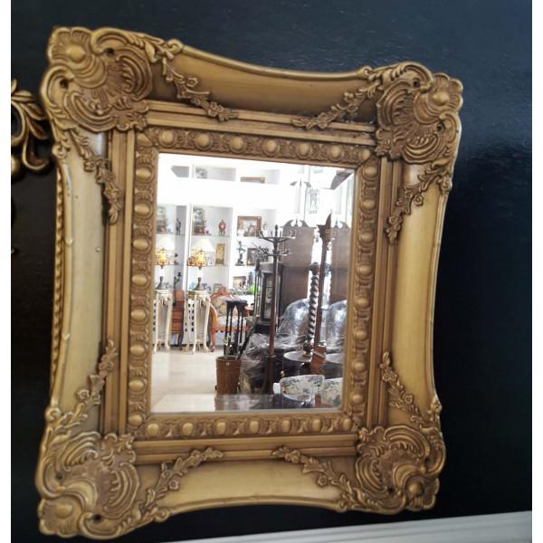 Малко стенно огледало в златиста рамка
