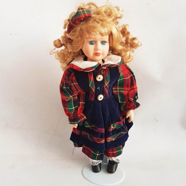 Порцеланова кукла със сини очи и руси букли