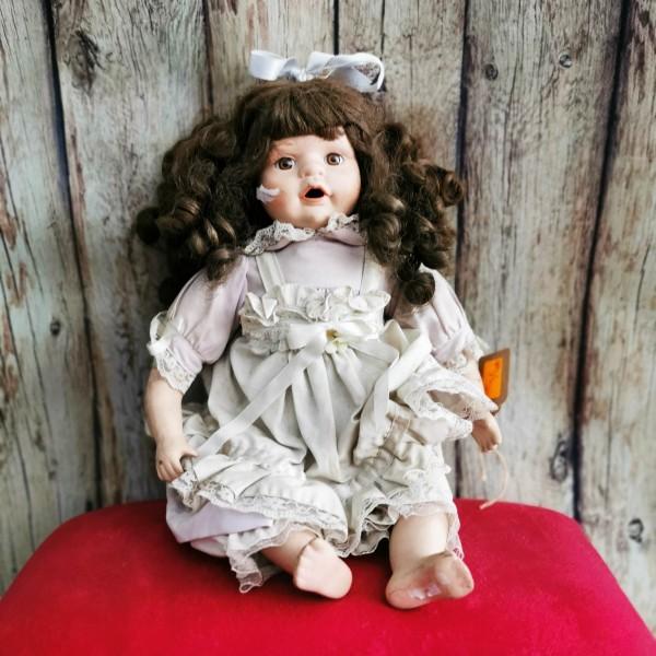 Седнала порцеланова кукла