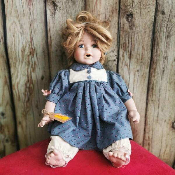 Седяща порцеланова кукла