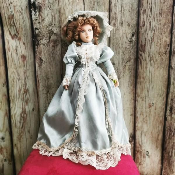 Порцеланова кукла със стойка