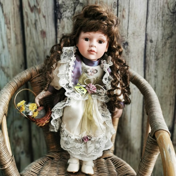 Порцеланова кукла с кошничка